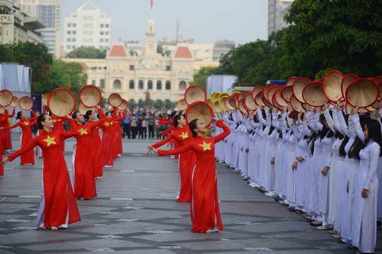 Hang nghin thieu nu Sai Gon dong dien ao dai tren pho di bo Nguyen Hue hinh anh 7