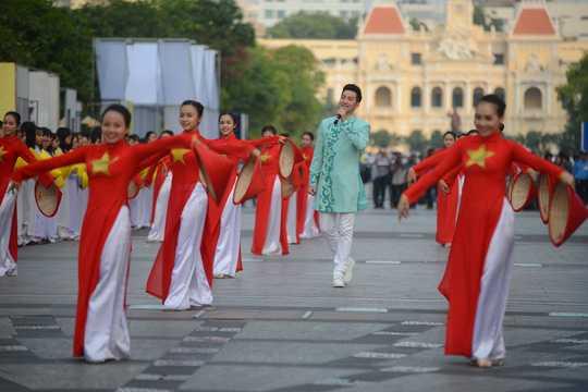 Hang nghin thieu nu Sai Gon dong dien ao dai tren pho di bo Nguyen Hue hinh anh 8