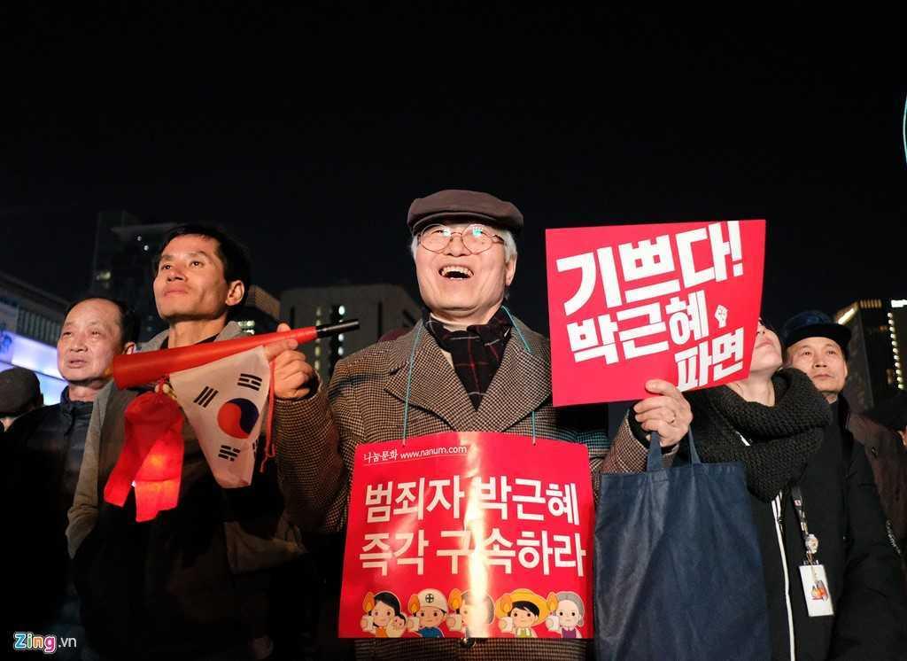 Tong thong Han Quoc bi phe truat: Nguoi phan doi ba Park Geun-Hye xuong duong hat mung hinh anh 3