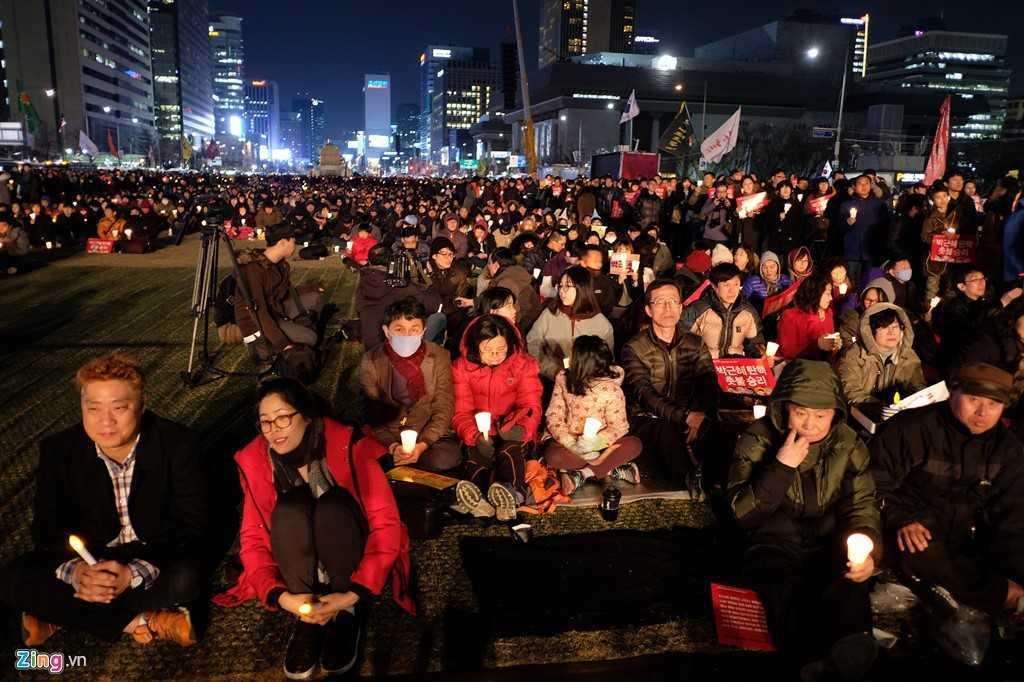 Tong thong Han Quoc bi phe truat: Nguoi phan doi ba Park Geun-Hye xuong duong hat mung hinh anh 6