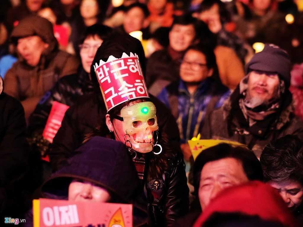 Tong thong Han Quoc bi phe truat: Nguoi phan doi ba Park Geun-Hye xuong duong hat mung hinh anh 7