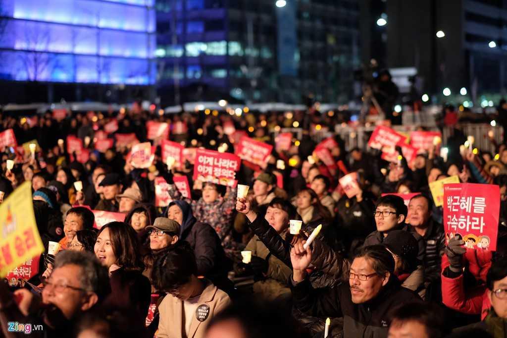 Tong thong Han Quoc bi phe truat: Nguoi phan doi ba Park Geun-Hye xuong duong hat mung hinh anh 5