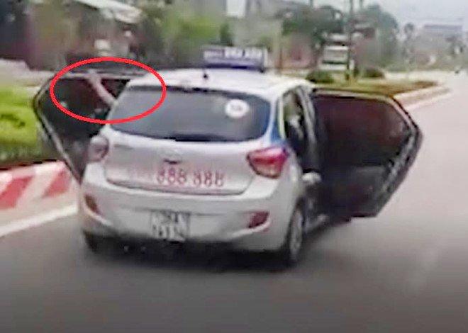 Tai xe taxi mo tung 2 canh cua lao vun vut tren duong: 'Nguy hiem nhung khong con cach nao khac' hinh anh 2