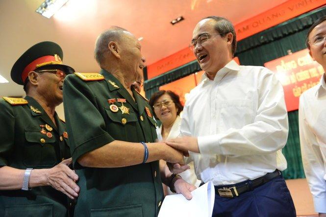 Bi thu Nguyen Thien Nhan: TP.HCM se tiep tuc chien dich dep via he hinh anh 3