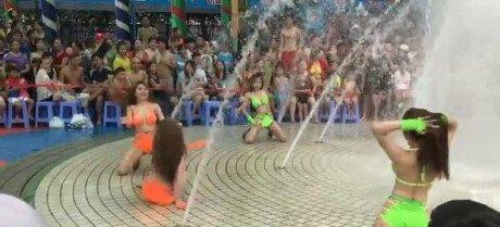 Dan chan dai mac bikini nhay nhot phan cam truoc hang tram tre em: So Van hoa TP.HCM vao cuoc hinh anh 1