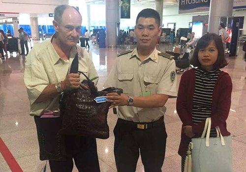 Du khach My nhan lai hon 17.000 USD bo quen o san bay Tan Son Nhat hinh anh 1