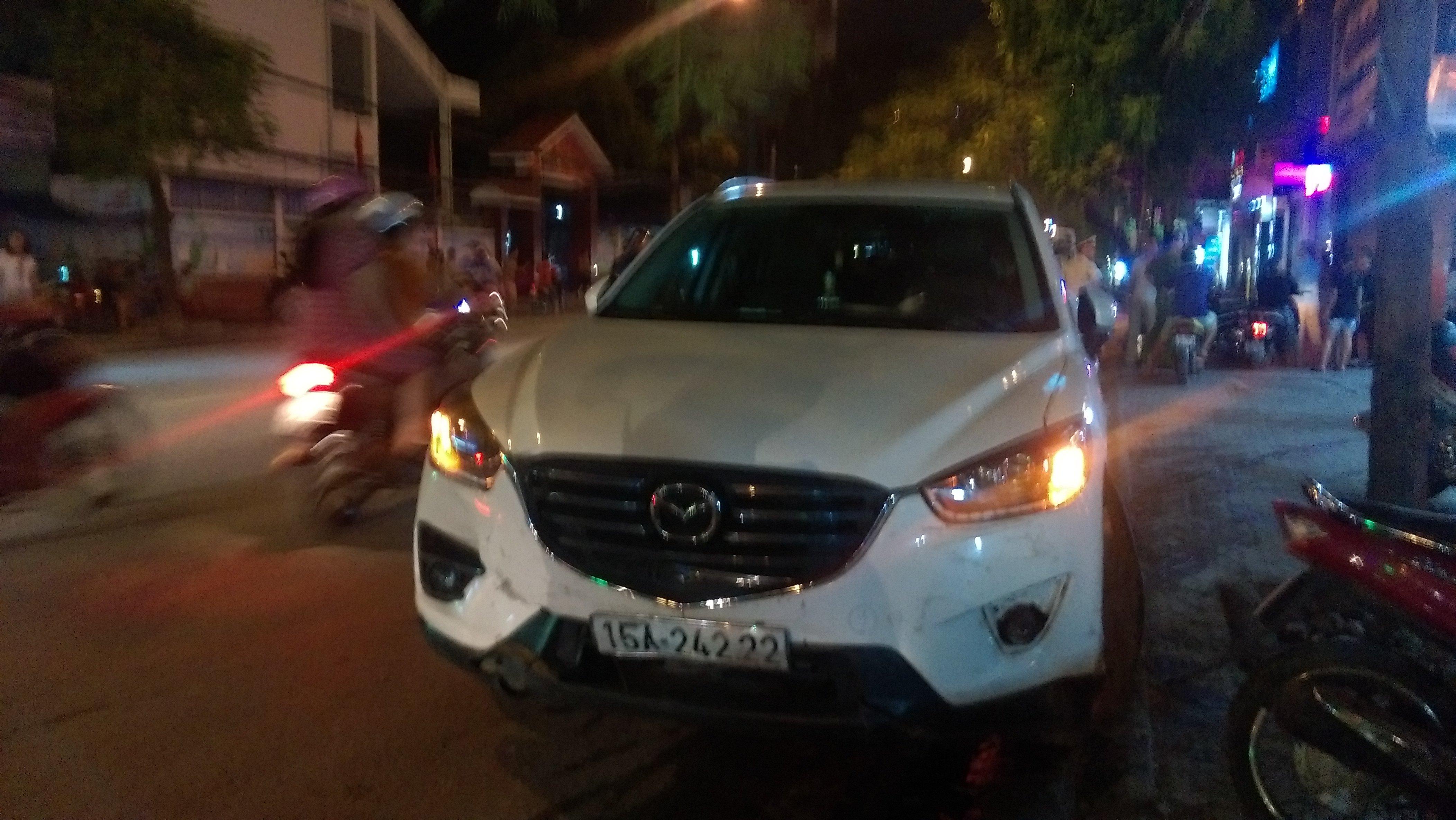 Nu tai xe Hai Phong lai Mazda tong hang loat o to, xe may tren pho hinh anh 1