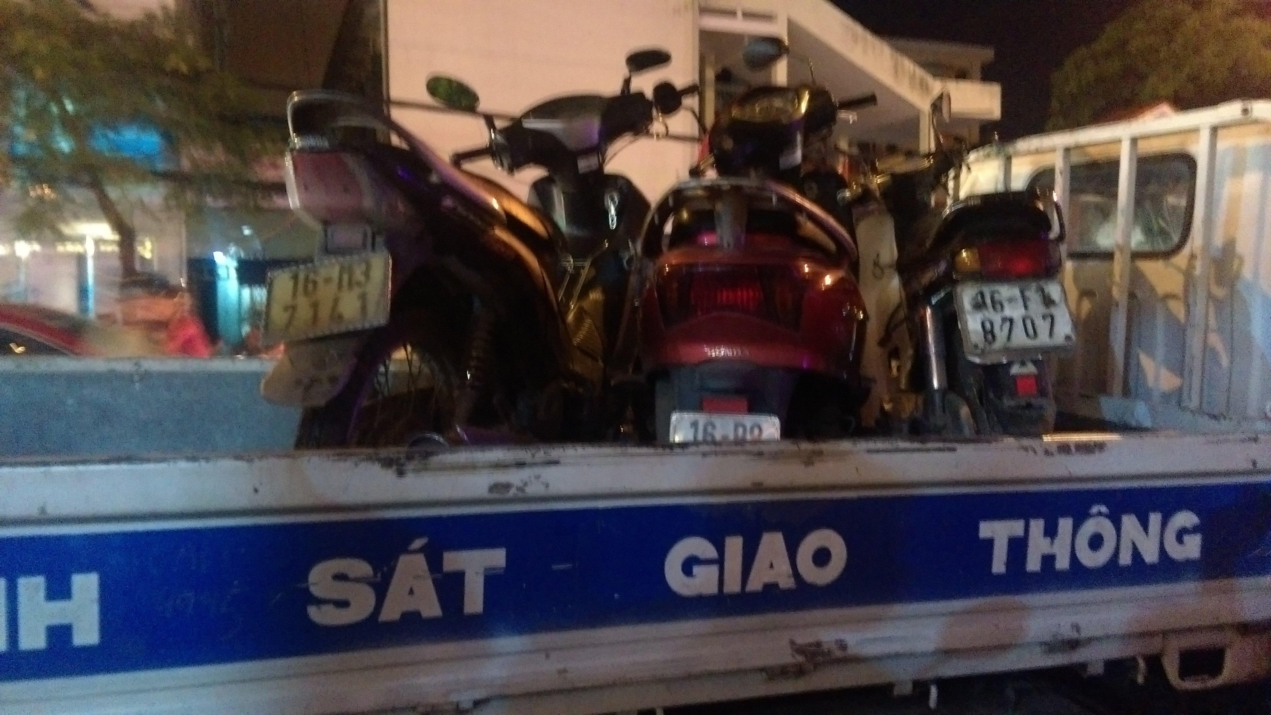 Nu tai xe Hai Phong lai Mazda tong hang loat o to, xe may tren pho hinh anh 4