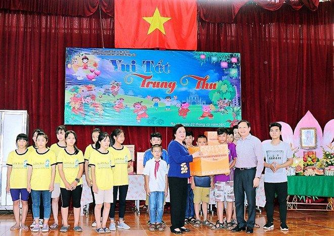 Phu nhan Chu tich nuoc mang Tet Trung thu dam am den voi tre em nhiem HIV hinh anh 1