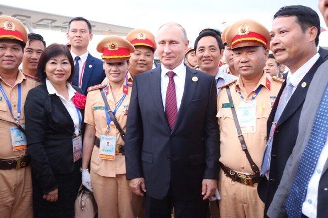 Nũ CSGT duy nhat duoc Tong thong Nga Putin bat tay cam on hinh anh 2