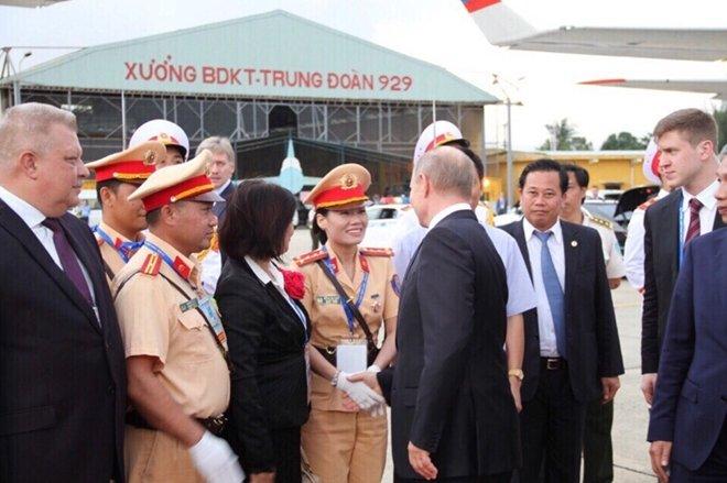 Nũ CSGT duy nhat duoc Tong thong Nga Putin bat tay cam on hinh anh 1