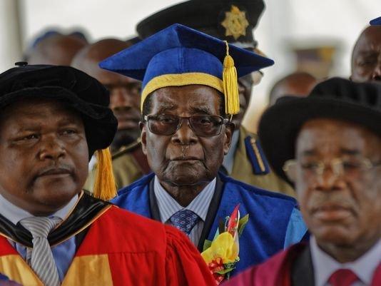 Tong thong Zimbabwe lan dau xuat hien sau khi bi quan thuc hinh anh 1