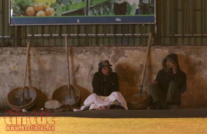 Anh: Nguoi lao dong gong minh muu sinh trong dem lanh buot o Thu do hinh anh 4