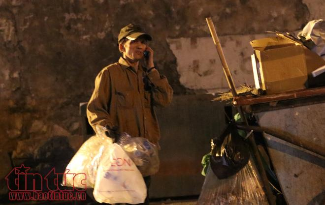 Anh: Nguoi lao dong gong minh muu sinh trong dem lanh buot o Thu do hinh anh 1