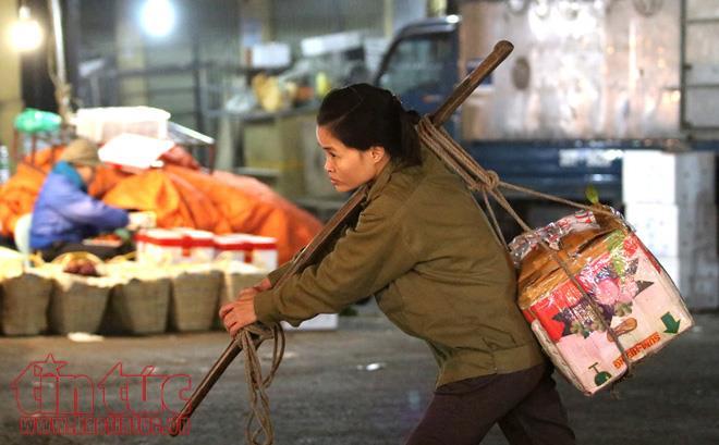 Anh: Nguoi lao dong gong minh muu sinh trong dem lanh buot o Thu do hinh anh 11