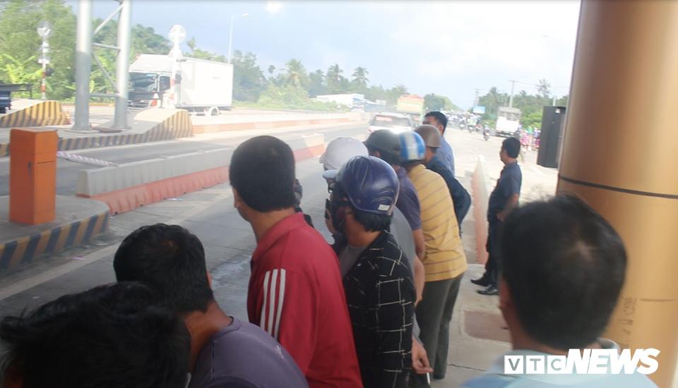 Anh: Tai xe tong sap barie, BOT Soc Trang buoc phai xa tram hinh anh 8