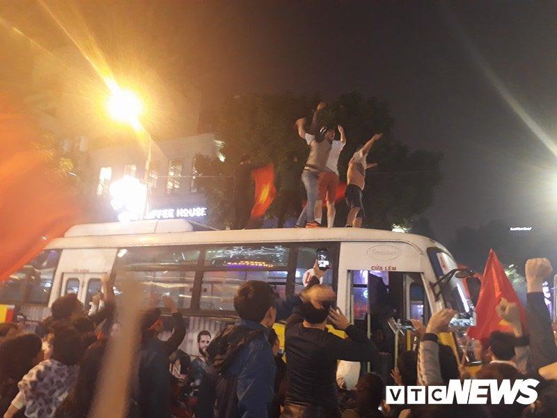 Anh: Nguoi Ha Noi dot phao sang, nhay len noc xe buyt mung chien thang cua U23 Viet Nam hinh anh 5