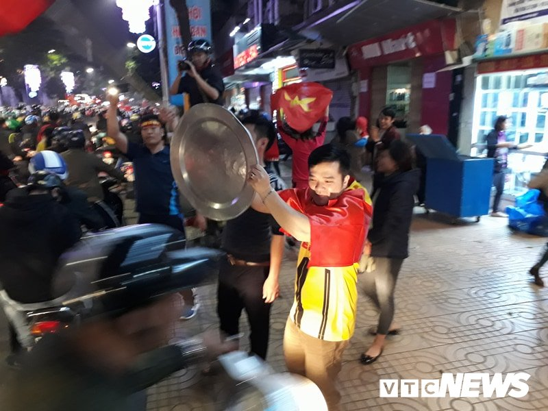 Hang ngan nguoi do ra duong mung U23 Viet Nam vao ban ket U23 chau A 2018 hinh anh 7