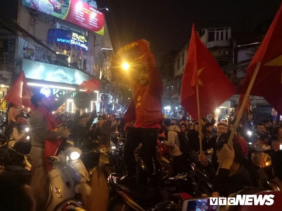 Hang ngan nguoi do ra duong mung U23 Viet Nam vao ban ket U23 chau A 2018 hinh anh 5