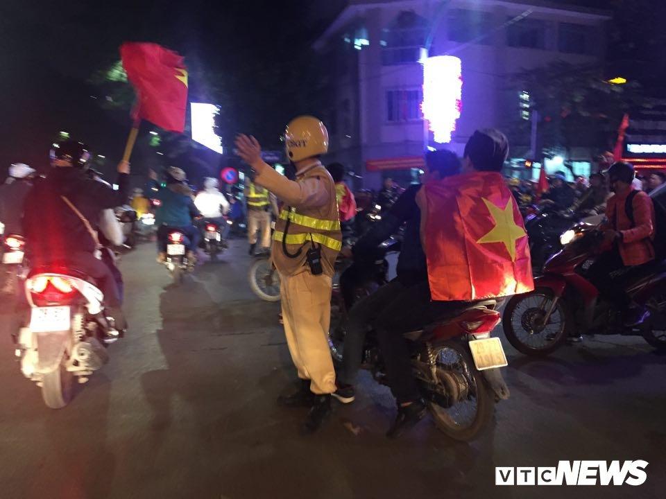 Anh: Nguoi Ha Noi dot phao sang, nhay len noc xe buyt mung chien thang cua U23 Viet Nam hinh anh 10