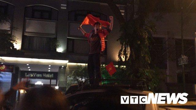 Anh: Nguoi Ha Noi dot phao sang, nhay len noc xe buyt mung chien thang cua U23 Viet Nam hinh anh 6
