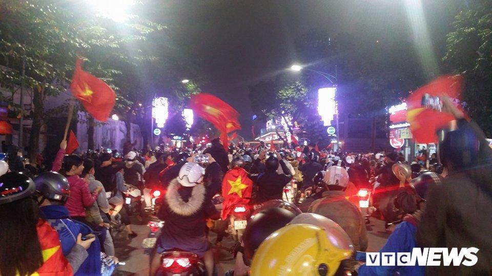 Anh: Nguoi Ha Noi dot phao sang, nhay len noc xe buyt mung chien thang cua U23 Viet Nam hinh anh 1