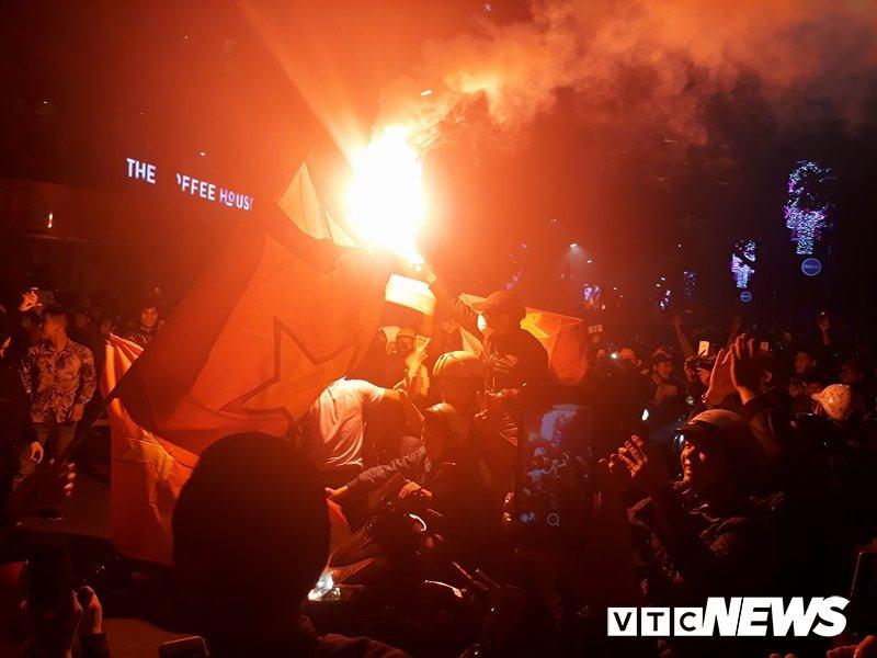 Anh: Nguoi Ha Noi dot phao sang, nhay len noc xe buyt mung chien thang cua U23 Viet Nam hinh anh 3