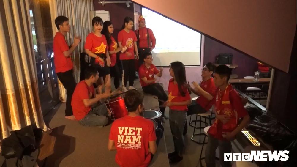 Anh: Sac mau co do sao vang tran ngap pho phuong co vu U23 Viet Nam hinh anh 10