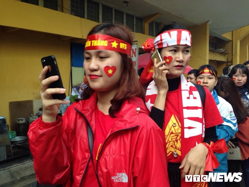 Anh: Sac mau co do sao vang tran ngap pho phuong co vu U23 Viet Nam hinh anh 8