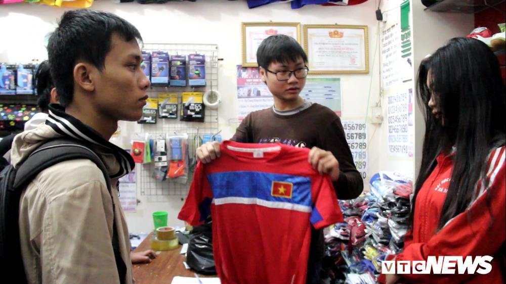 Anh: Sac mau co do sao vang tran ngap pho phuong co vu U23 Viet Nam hinh anh 13