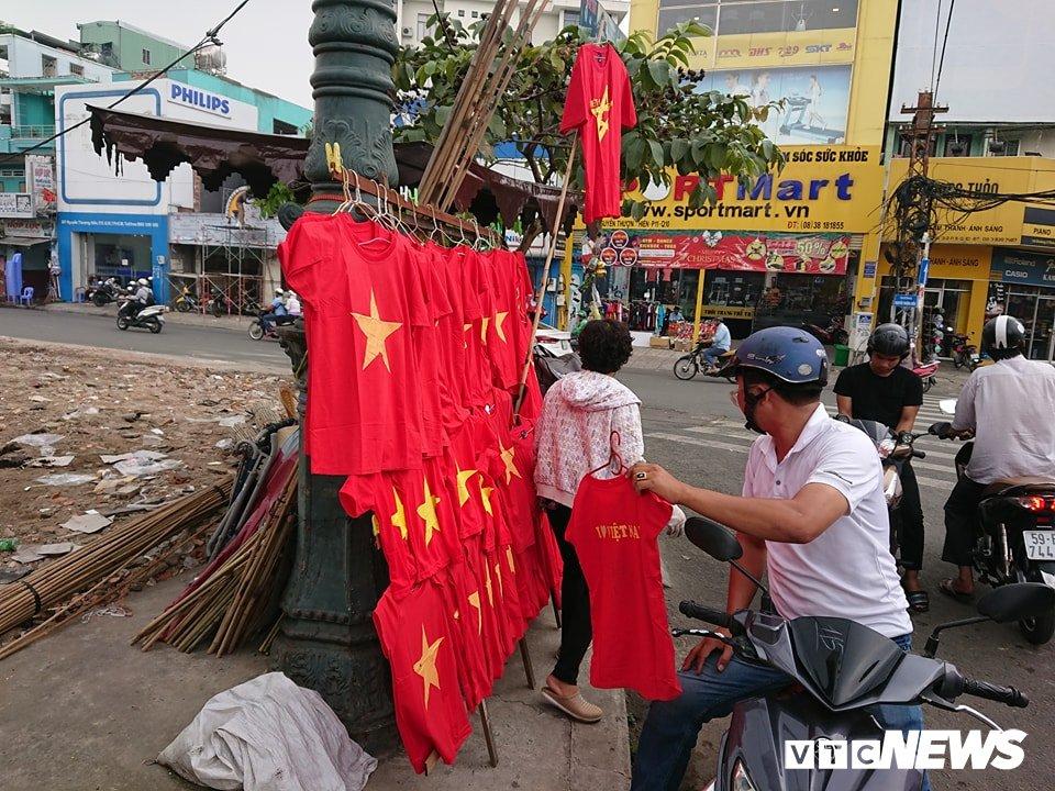Anh: Sac mau co do sao vang tran ngap pho phuong co vu U23 Viet Nam hinh anh 21