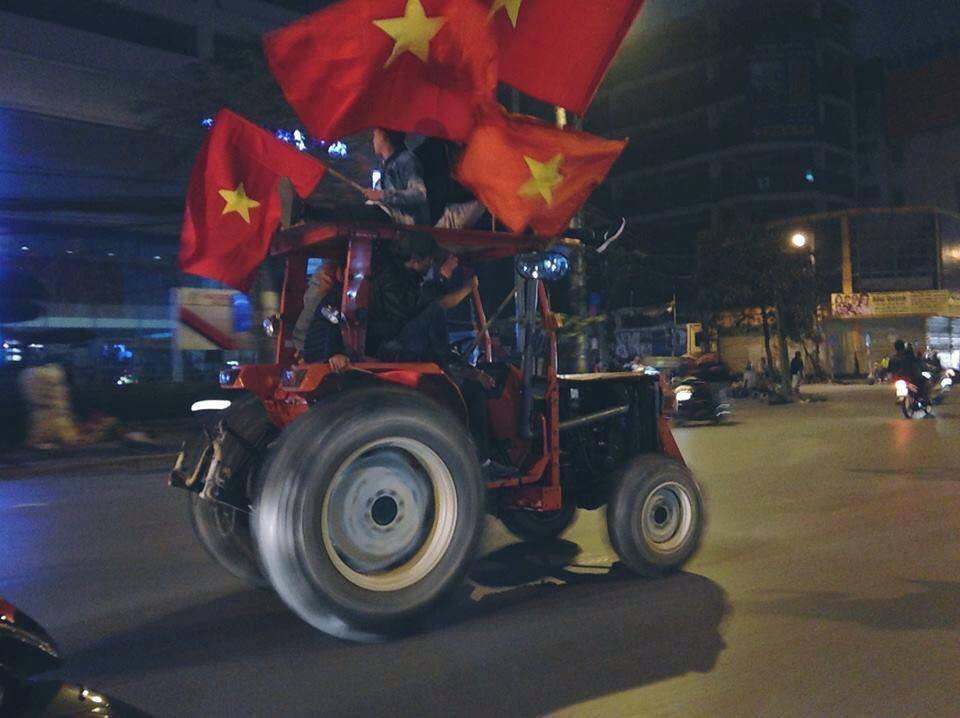 Anh: Nhung co dong vien 'di' nhat hanh tinh tiep lua cho cac chien binh U23 Viet Nam hinh anh 15