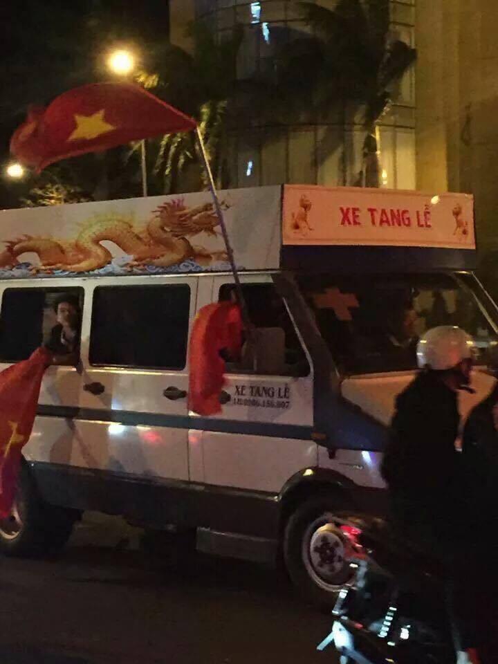 Anh: Nhung co dong vien 'di' nhat hanh tinh tiep lua cho cac chien binh U23 Viet Nam hinh anh 14