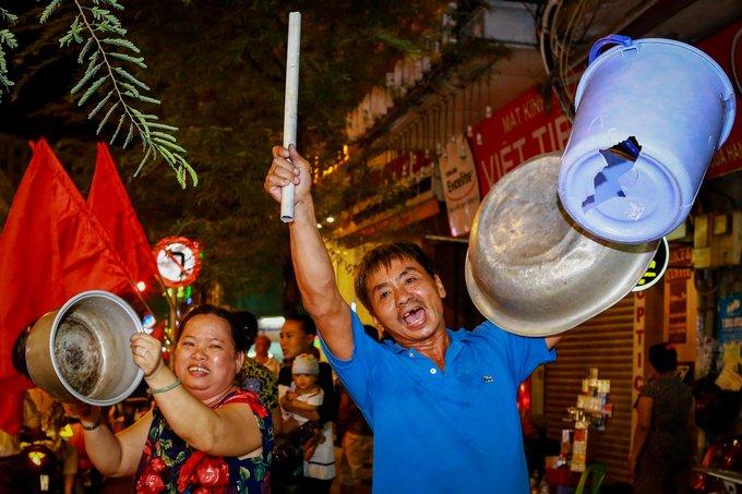 Anh: Nhung co dong vien 'di' nhat hanh tinh tiep lua cho cac chien binh U23 Viet Nam hinh anh 11