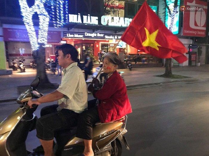 Anh: Nhung co dong vien 'di' nhat hanh tinh tiep lua cho cac chien binh U23 Viet Nam hinh anh 6