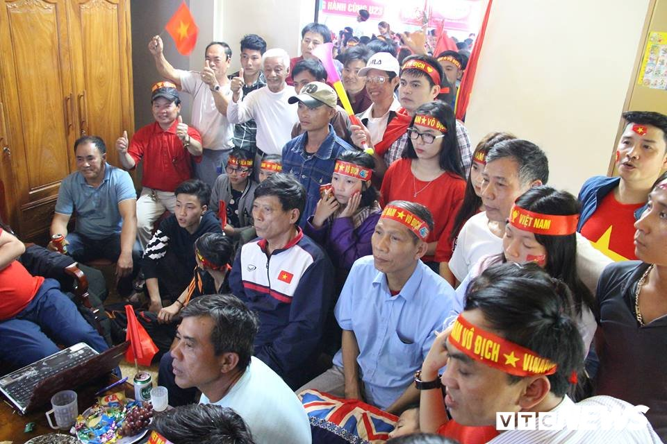 Me trung ve Bui Tien Dung sung suong khoc den ngat xiu khi U23 Viet Nam go hoa 1-1 hinh anh 3
