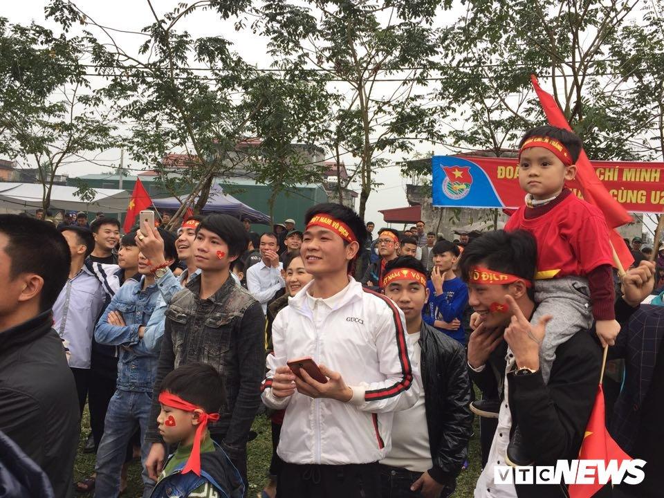 Hang nghin nguoi keo ve san bong truoc nha Quang Hai co vu U23 Viet Nam hinh anh 2