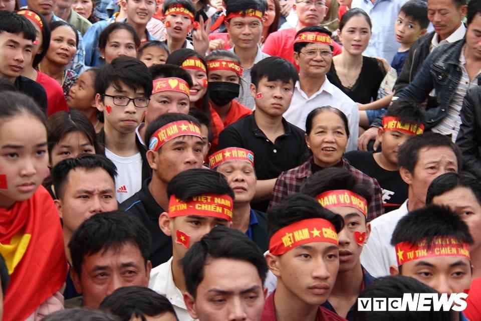 Me trung ve Bui Tien Dung sung suong khoc den ngat xiu khi U23 Viet Nam go hoa 1-1 hinh anh 2