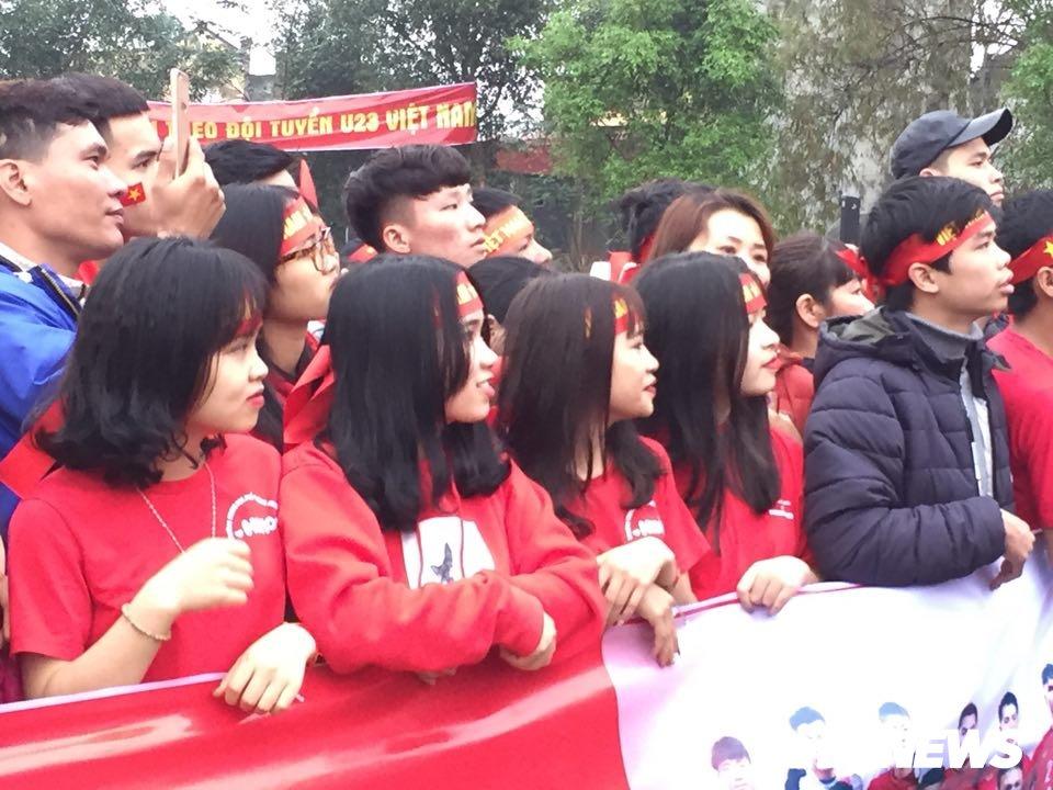 Hang nghin nguoi keo ve san bong truoc nha Quang Hai co vu U23 Viet Nam hinh anh 7