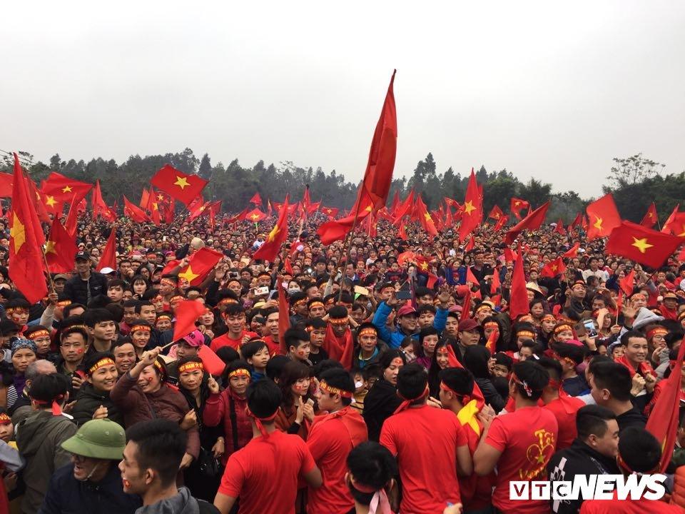 Hang nghin nguoi keo ve san bong truoc nha Quang Hai co vu U23 Viet Nam hinh anh 13