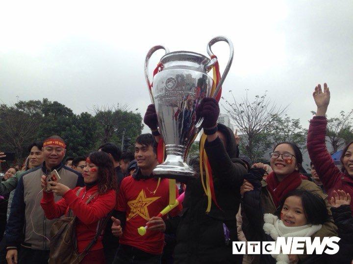 Dan Thu do phu kin nhieu tuyen duong, vac cup chao don U23 Viet Nam tro ve hinh anh 13