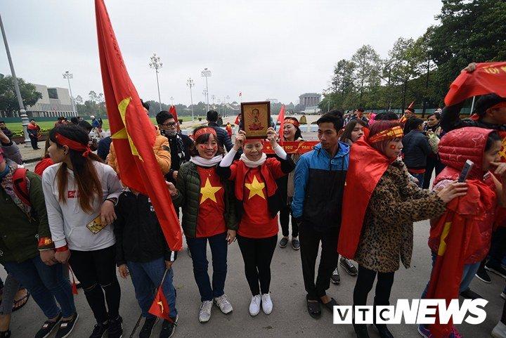 Dan Thu do phu kin nhieu tuyen duong, vac cup chao don U23 Viet Nam tro ve hinh anh 16
