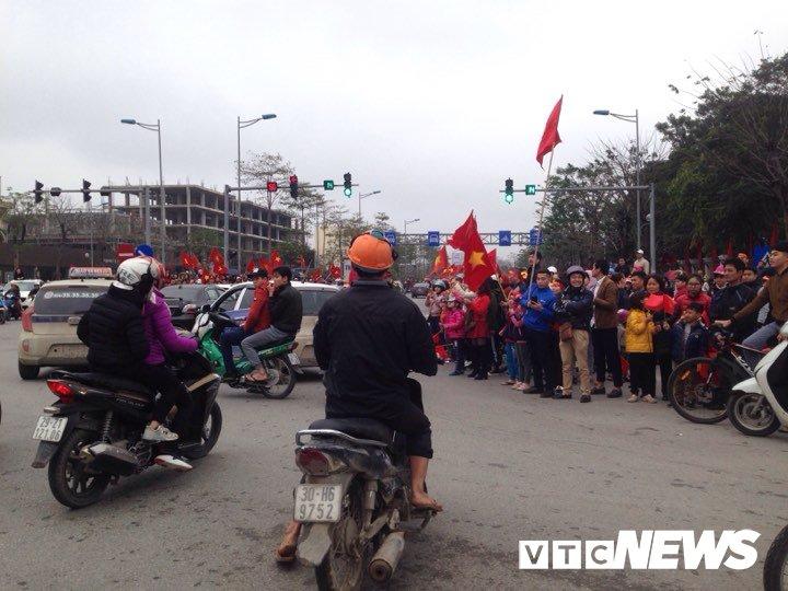 Dan Thu do phu kin nhieu tuyen duong, vac cup chao don U23 Viet Nam tro ve hinh anh 9