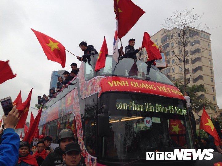 Xe bus mui tran cho cac cau thu U23 Viet Nam len loi giua bien nguoi hinh anh 5