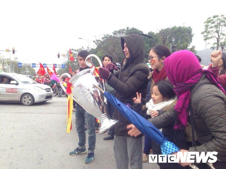 Dan Thu do phu kin nhieu tuyen duong, vac cup chao don U23 Viet Nam tro ve hinh anh 12