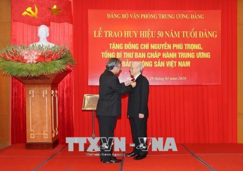 Tong Bi thu Nguyen Phu Trong nhan Huy hieu 50 nam tuoi Dang hinh anh 1