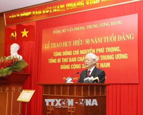 Tong Bi thu Nguyen Phu Trong nhan Huy hieu 50 nam tuoi Dang hinh anh 2