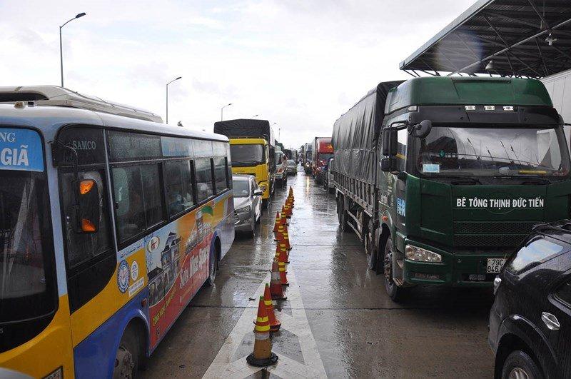 Bo GTVT khong dong y giam phi, tai xe tiep tuc phan doi tram BOT Ninh An hinh anh 3