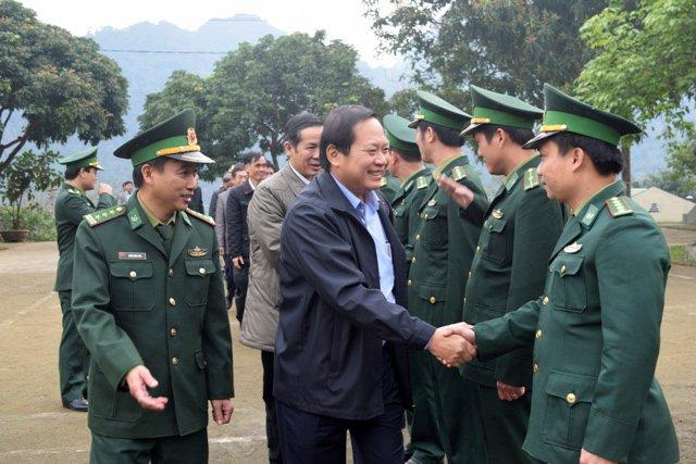 Nguoi ngheo o Quang Binh xuc dong nhan qua Tet tu Bo truong Truong Minh Tuan hinh anh 4