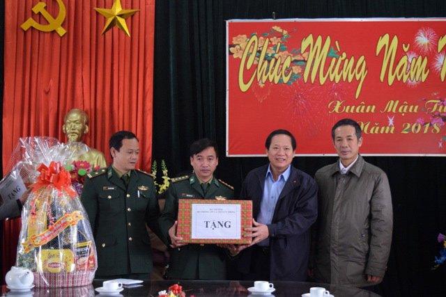 Nguoi ngheo o Quang Binh xuc dong nhan qua Tet tu Bo truong Truong Minh Tuan hinh anh 5